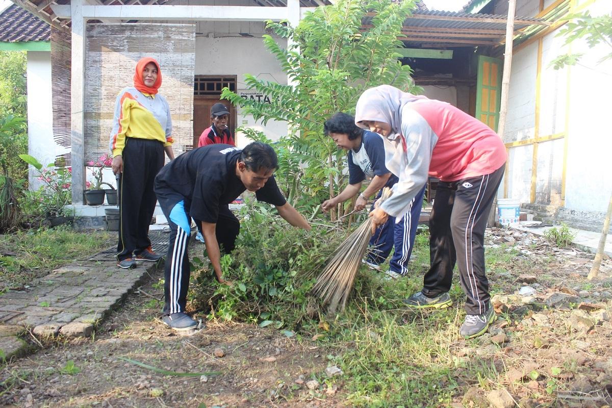 Sukseskan Program Indonesiana, Dinporabudpar Blora Gelar Kerja Bakti di Rumah Kelahiran Pramoedya